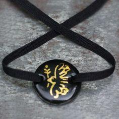 Bracelet Colombe XL, porcelaine émail noir et dessin colombe or par Natacha…