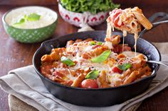 Η περίφημη ιταλική συνταγή κοτόπουλο αλά παρμιτζιάνα γίνεται σε ένα τηγάνι με μόνο 5 βασικά υλικά. Tomato Pasta Bake, Baked Penne Pasta, Chicken Parmesan Pasta, Chicken Pasta Bake, Baked Pasta Recipes, Cooking Recipes, Healthy Recipes, Tomato Pesto, Tomatoe Sauce