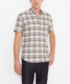 Vielseitigkeit ist eines der Attribute für das Levis® Classic 1-Pocket Shirt: Mit Button Down Kragen eignet es sich gut, um mit Krawatte, aber auch ohne getragen zu werden und dabei gute Figur zu machen. Mit vielen Style- und Kombinationsmöglichkeiten von lässig bis formell und dank rundem Bund wahlweise in oder über der Hose zu tragen. Ein gerade geschnittener Klassiker aus 100% Baumwolle, mit...