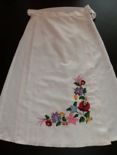 Items similar to Hungarian handmade embroidery skirt. on Etsy Chain Stitch Embroidery, Learn Embroidery, Embroidery For Beginners, Embroidery Techniques, Embroidery Stitches, Embroidery Patterns, Hand Embroidery, Vintage Jewelry Crafts, Hungarian Embroidery