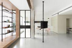 リビング・ダイニング・キッチンの片隅の窓際に作り込まれた小上がり的な1段高い寛ぎスペースを横から1