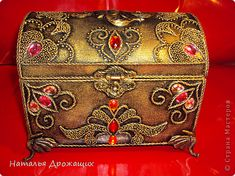 Antique Chest, Art Techniques, Fashion Backpack, Diy And Crafts, Antiques, Ideas, Decorated Boxes, Safe Room, Wood Chest