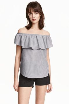 Off-the-shoulder blouse: Wide blouse in woven fabric with bare shoulders, elastication and a flounce at the top and a gently rounded hem.