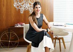 Sócia do Gallerist, Mariana Cassou usa vestido mídi preto e branco acessórios P&B.