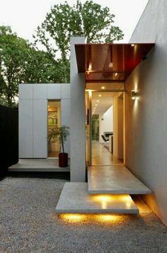 Vista de un llamativo acceso de vivienda destacandose a través de un volumen saliente elegantemente iluminado. Ve mas #ideas para #remodelar en: arquitecturacreativa.blogspot.com Siguenos también en:...