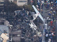 軽飛行機が墜落した現場=26日午後1時36分、東京都調布市(時事通信ヘリより)        7月26日に東京都調布市の住宅街に墜落した軽飛行機が過去にも2回、大きな事故を起こしていた機体だということが分かった。  時事ドットコムによると、事故を起こした飛行機の登録番号は「JA4060」。福生市の不動産会社「ベルハンドクラブ」が所有する単発のプロペラ機だった。機首の正式名は、パイパー・PA-46-350P。パイパー マリブ・ミラージュの通称で知られている。  この日は訓練飛行で、調布飛行場から約1時間かけて伊豆大島に行く予定だったが、調布飛行場から離陸した直後、約300メートル離れた民家の屋根に接触し、バウンドして2軒隣の民家に墜落した。この民家は半壊し全焼。操縦士を含む男性2人と、民家の女性1人が亡くなった。  飛行場の近くのサッカー場で撮影された動画を見ると、この飛行機が上空を通り過ぎた直後に「ドシャーン」という落下音がしていることが確認できる。    ■北海道で着陸ミス、埼玉で自衛隊機とニアミス…