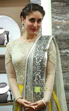 Some Lesser Known Facts About Kareena Kapoor Does Kareena Kapoor smoke?: No Does Kareena Kapoor drink alcohol?: Yes Kareena Kapoor drinks wine Kareena is o Pakistani Dresses, Indian Dresses, Indian Outfits, Kareena Kapoor, Priyanka Chopra, Deepika Padukone, Mode Bollywood, Bollywood Fashion, Bollywood News