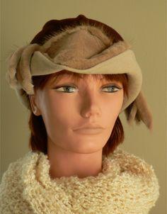 Chapeau de feutre de laine et de fourrure aux multiples tons de bruns avec décoration de fourrure. https://www.facebook.com/lachapelieretetue