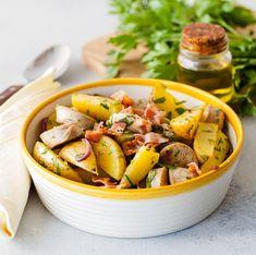 Alpesi hangulatban, de a pénztárcánkat kímélve készítsük el ezt a szuper bajor krumplisalátát grillkolbásszal. Saláta ellenére igen laktató fogás ez, szóval a nap bármely szakában jóllakhatunk vele. Pot Roast, Bacon, Nap, Mexican, Ethnic Recipes, Food, Carne Asada, Roast Beef, Essen