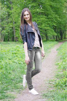 Black-zara-jacket-cream-converse-sneakers-beige-asos-top