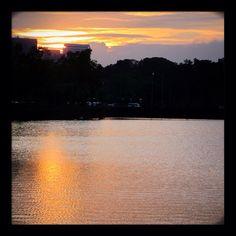 水面に映る夕日。