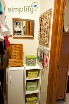 Love this organized jewelry station in Jennifer's closet. The cork necklace holder is neat too!- tras puerta