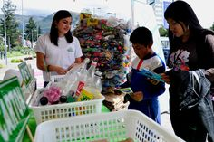 Al norte de la ciudad, en el boulevard de la avenida Naciones Unidas, se desarrolló la  feria Pongamos las Manos por el Ambiente de Quito, en la que se desarrollaron charlas sobre la importancia del reciclaje.