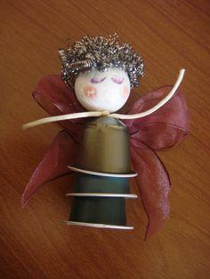 Con tres cápsulas, un poco de pintura y maña podemos hacer un ángel precioso #DIY