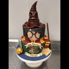 ◀️◀️◀️SWIPE #harrypotter #harrypottercake #fondantcake #kidscake #kidsbirthday #locustvalley @satin.ice #wwc #wonderfulweddingcakes Harry Potter Sweets, Harry Potter Fiesta, Gateau Harry Potter, Harry Potter Birthday Cake, Harry Potter Bday, Cupcakes, Cupcake Cakes, Cake Cookies, Harry Porter