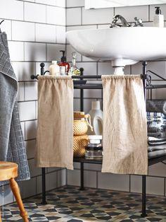 Vi inspireras av sydligare breddgrader och plockar in franska detaljer hemma i höst. RÖNNSKÄR tvättställshylla, AINA metervara.