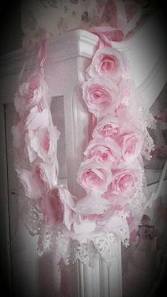 Retrouvez cet article dans ma boutique Etsy https://www.etsy.com/fr/listing/580096013/guirlande-de-roses-anciennes-et-dentelle