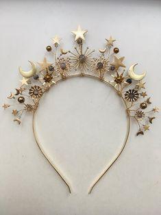 Mignonne Handmade: Zodiac headband, gold-plated band hand-wired and -soldered, with dragon-vein quartz and hematite Handmade Accessories, Jewelry Accessories, Wedding Accessories, Theme Galaxy, Armband Rosegold, Hairband, Celestial Wedding, Hair Jewelry, Jewellery