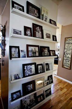 Prateleiras para porta retratos feitas com molduras de quadros.