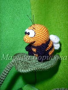 Amigurumi bee on a leaf. (Free pattern but not in English). Crochet Bee, Crotchet, Crochet Toys, Yarn Bombing, Little Critter, Woodland Creatures, Crochet Animals, Little Gifts, Hand Knitting