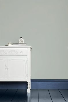 Farrow & Ball - Skylight A definite light blue, works with Parma Gray. White & Light Tones Undercoat