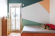 Quarto de criança tem armário de papelão, parede colorida com figuras geométricas, cama de solteiro e sacada. Geometric Wall Paint, Striped Walls, Block Wall, Paint Designs, Wall Design, My Dream Home, Baby Room, Sweet Home, New Homes