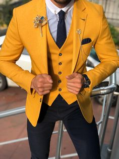 summer outfits ideas for men street styles Formal Attire For Men, Prom Suits For Men, Mens Fashion Suits, Mens Suits, Mens Casual Suits, Suits Women, Floral Suit Men, Terno Slim, Yellow Suit