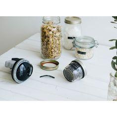 Étiqueteuse DYMO (préchargée avec un ruban noir) Smart Kitchen, Coffee Maker, Kitchen Appliances, Gadgets, Gifts, Food, Black Ribbon, House, Products