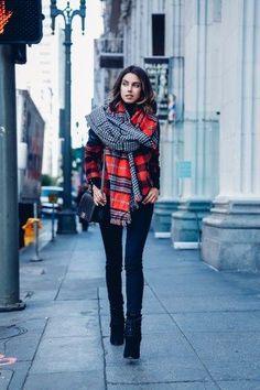 Kombiniert doch mal mehrere Schals in eurem Outfit zu einem coolen Mustermix