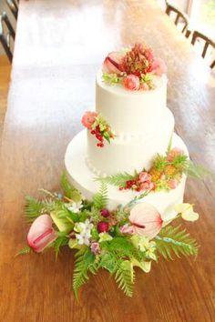 ケーキデザイン66 気分はハワイ!南国フラワーを彩ったウェディングケーキ