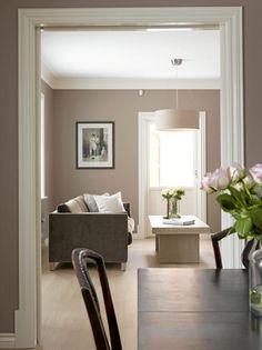 Stuen er preget av rene linjer og duse toner. Både i stuen og spisestuen er det grått som er grunnfargen. Eierne har valgt å kombinere dette med fargetoner som beveger seg fra hvitt til svart.