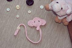 Un fermaciuccio a uncinetto con spiegazioni. Carinissimo con il faccino di un elefante e bellissima idea anche da declinare con altri animali (vedi QUI altri animaletti a uncinetto con spieg...