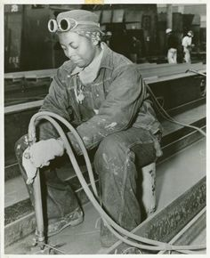 Anna Bland, a burner, is shown at work on the SS George Washington Carver as it was being rushed to completion in the spring of 1943 Women In History, Black History, Levis, George Washington Carver, Rare Images, Rare Photos, Vintage Photos, Vintage Photographs, Rosie The Riveter