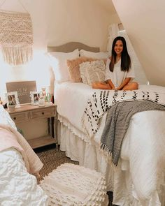 10 College Room Essentials Every Girl Needs: You need to have all your college dorm room essentials with you. In addition to this, when you are a girl, the list for the college dorm room essentials extends a bit College Bedroom Decor, College Dorm Decorations, College Dorm Rooms, College Girls, Dorms Decor, College Life, Girl Dorm Decor, College Girl Apartment, College Movies