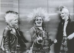 London Calling: Rare Photos In Punk Exhibitions Drei Punks mit Mohikanern Chelsea Kings Rd London Ted Polhemus, PYMCA Punk Art, Subcultura Punk, Arte Punk, Punk Mode, 70s Punk, 80s Goth, Moda Punk, Vivienne Westwood, Heavy Metal