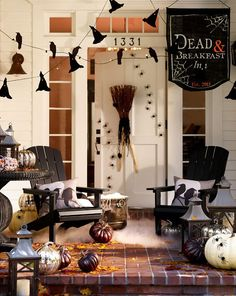 Dress up that front porch for Halloween with more than just jack o lanterns. Let some of these Halloween Porch Ideas help you make a statement! Diy Halloween, Pottery Barn Halloween, Halloween Outside, Halloween Porch Decorations, Halloween Displays, Halloween Festival, Outdoor Halloween, Holidays Halloween, Happy Halloween