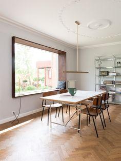 Norm Architects Design in geräucherter Eiche, bronzierten Tombak Griffen und einer Arbeitsplatte aus Marmor.