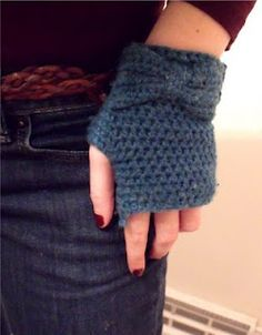 Fingerless gloves with a bow! I'm not entirely convinced that fingerless gloves are the way to go, but these are pretty. Crochet Wrist Warmers, Crochet Gloves, Crochet Slippers, Crochet Scarves, Hand Warmers, Love Crochet, Knit Crochet, Chrochet, Bow Pattern