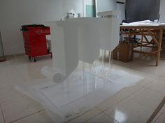 Logotipo corporeo en poliespan sobre columnas posicionadoras y base de metacrilato transparente incoloro. www.troppovero.com