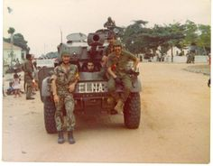 Former Portuguese soldiers and of the Angolan National Liberation Front (FNLA). Colonial, Military Photos, Military History, Paratrooper, Guinea Bissau, Cold War, Armed Forces, Warfare, Military Vehicles
