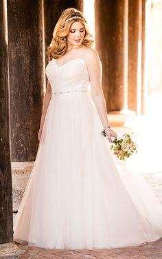 Dieses fließende Etui-Brautkleid von Stella York wurde entworfen, um einen herausragenden Halt zu erzielen ohne an Komfort zu verlieren. Gefertigt aus luftigem Tüll und edler Spitze ist dieses Kleid komplett mit seinem Schmuckstein-bestickten Gürtel, der die Taille schlank erscheinen lässt und Ihre Kurven ins beste Licht setzt. Der Rücken dieses Brautkleides schließt mit einem Reißverschluss, …