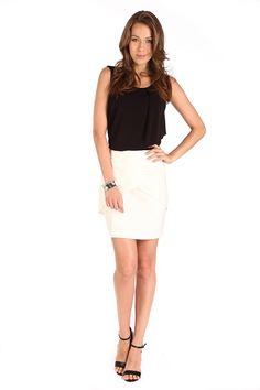Top negro en tela de punto con capa asimétrica y escote redondo; combínalo con una falda corta blanca y se verá sensacional!