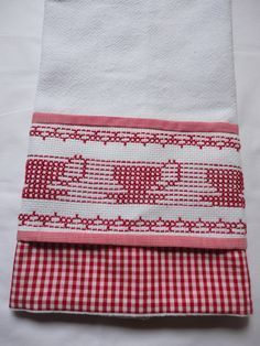 Bordado em tecido xadrez - Pano de Copa/Amostra (Detalhes sobre o bordado... Visitar) Swedish Embroidery, Hardanger Embroidery, Swedish Weaving, Herringbone Stitch, Chicken Scratch, Embroidery For Beginners, Weaving Patterns, Needlepoint, Needlework