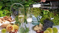 Das Valtellina zu erleben bedeutet, seine typischen Produkte zu geniessen, wie die DOCG-Weine, die aus den Nebbiolo-Trauben gekeltert werden (Sassella, Grumello, Inferno, Valgella, Maroggia, Valtellina Superiore und Sforzato) aber auch eine Vielzahl von anderen spannenden Traubensorten, wie Rossola, Pignola, Cabernet Sauvignon, Chardonnay, Sauvignon Blanc, Pinot Bianco etc. Sauvignon Blanc, Cabernet Sauvignon, Table Decorations, Furniture, Home Decor, Gourmet, Wine, Products, Interior Design