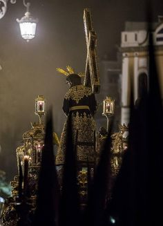 Espectaculares imágenes de la estación de penitencia de las hermandades de la Madrugada en la Catedral de Sevilla Catholic Prayers, Catholic Saints, Holy Quotes, Holy Week, Christian Art, Crucifix, Religious Art, Go Shopping, Where To Go