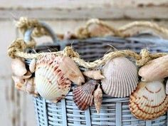Bekijk de foto van only.deco met als titel L uk idee om je rieten manden te pimpen. Ontzettend mooi met schelpen. voor deze mand is de pexten schelp gebruikt. en andere inspirerende plaatjes op Welke.nl.