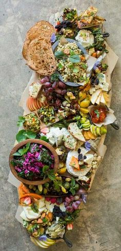 Beautiful Wedding food ideas -How to Build a Beautiful Crostini Station with Heirloom LA Antipasto, Antipasti Platter, Tapas, Food Platters, Cheese Platters, Catering Platters, Catering Display, Aperitivos Finger Food, Snacks Für Party