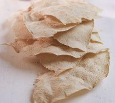Flatbrød er tradisjonsbakst uten gjær, kjevlet tynt i leiver, og stekt på takke. Passer ypperlig til spekemat til jul, eller til suppe og gryter året rundt.