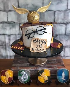 The birthday cake at this Harry Potter Birthday Party is so impressive! The birthday cake at this Harry Potter Birthday Party is so impressive! See more party ideas and s Harry Potter Motto Party, Harry Potter Fiesta, Gateau Harry Potter, Harry Potter Thema, Cumpleaños Harry Potter, Harry Potter Birthday Cake, Harry Potter Theme Cake, Harry Potter Cake Decorations, Room Decorations