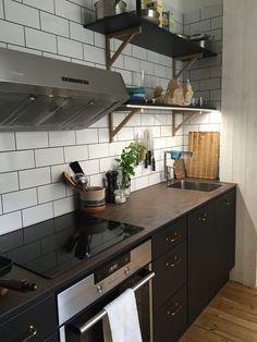 Kompaktkök på Södermalm. Här kombinerades slitstyrka och design på liten yta. #keramik #led #kakel #bistro #hyllor #eko #eco #kök #miinus #puustelli #ecofriendly #kompaktkök